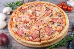 Pizza cuite au four par totalité avec le lard Image libre de droits