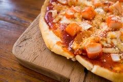 Pizza curruscante del cangrejo en la tabla Imagen de archivo libre de regalías