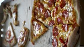 Pizza cutted till stycken på takeaway papp i det vertikala formatet, 4k stock video