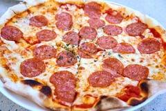 Pizza délicieuse à un restaurant à la plage de Siloso, Singapour images libres de droits
