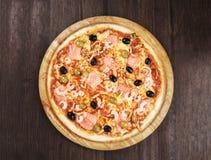 Pizza délicieuse avec des saumons photographie stock libre de droits
