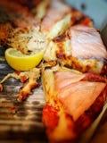 Pizza délicieuse avec des saumons sur le dessus Photo libre de droits