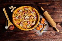 Pizza délicieuse de crevettes et de moules de fruits de mer sur une table en bois noire Nourriture italienne Vue supérieure photos stock