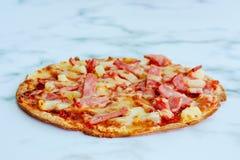 Pizza délicieuse sur le fond de marbre blanc images stock