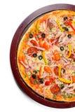 Pizza délicieuse sur le plateau en bois photographie stock libre de droits