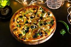 Pizza d'éclat de fromage de poulet photos stock