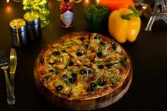 Pizza d'éclat de fromage de poulet photographie stock