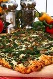 Pizza d'épinards et de champignon de couche de Portobello photographie stock libre de droits