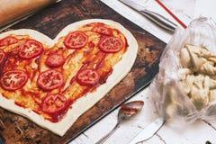 Pizza d'amour Pizza faite maison en forme de coeur cuite au four photo stock