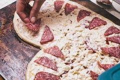 Pizza d'amour Pizza faite maison en forme de coeur cuite au four photo libre de droits