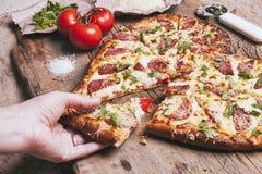 Pizza d'amour Pizza faite maison en forme de coeur cuite au four photographie stock