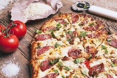 Pizza d'amour Pizza faite maison en forme de coeur cuite au four image libre de droits