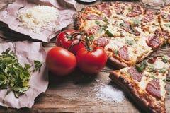 Pizza d'amour Pizza faite maison en forme de coeur cuite au four photographie stock libre de droits