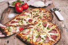 Pizza d'amour Pizza faite maison en forme de coeur cuite au four photos stock