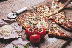 Pizza d'amour Pizza faite maison en forme de coeur cuite au four image stock