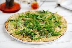 Pizza d'arugula de poire Photographie stock libre de droits