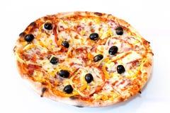 Pizza d'isolement au-dessus du blanc Photographie stock
