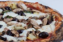 Pizza d'olives et de champignons d'artichauts mise le feu par bois Photographie stock libre de droits