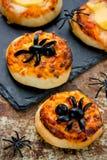 Pizza da aranha em Dia das Bruxas Mini pizza caseiro decorada com ol Imagem de Stock Royalty Free