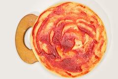 Pizza da tortilha que cozinha em uma placa de madeira Isolado em um branco foto de stock royalty free