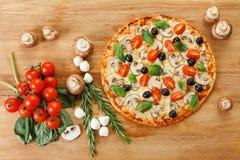 Pizza da vista superior com cogumelos e vegetais imagens de stock