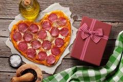 Pizza dada forma coração Fotos de Stock Royalty Free