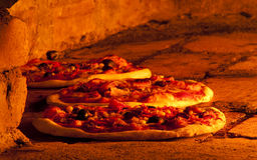 Pizza dans le four Photos libres de droits