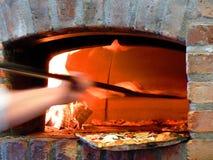 Pizza dans le four Photos stock