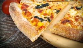 Pizza dans le four Images libres de droits