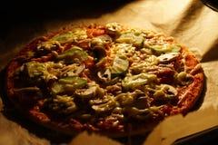 Pizza dans le four photographie stock