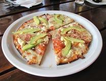 Pizza de Avo, del tocino y del queso Feta Fotos de archivo