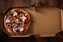 Pizza in de binnen leveringsdoos op het hout Royalty-vrije Stock Foto