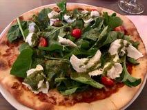 Pizza de Caprese com mussarela, rúcula, Rucola/Rocket Leaves e Cherry Tomatoes fotos de stock royalty free