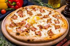 Pizza de Carbonara con tocino imagenes de archivo