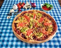Pizza de champignon avec la tomate et le poivron vert chaud photo libre de droits
