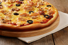 Pizza de champignon de couche et de poulet Photos stock