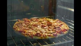 Pizza de champignon et de jambon faisant cuire dans le laps de temps de four banque de vidéos