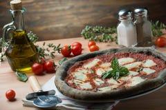 Pizza de charbon actif photographie stock