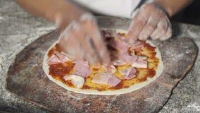 Pizza de chef faisant cuire la pizza banque de vidéos