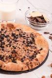 Pizza de chocolat sucré avec des biscuits images libres de droits