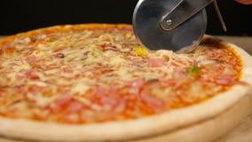 Pizza de coupe avec du jambon et le champignon clips vidéos