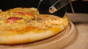 Pizza de coupe avec le poulet et le champignon banque de vidéos