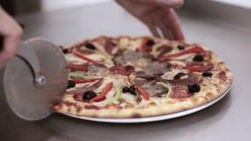 Pizza de coupe de chef dans huit morceaux banque de vidéos