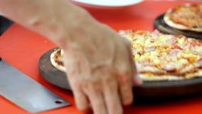 Pizza de coupe de pizza de chef clips vidéos