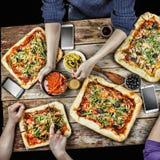 Pizza de coupe Nourriture domestique et pizza faite maison Photo libre de droits