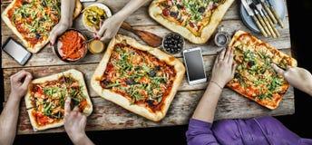 Pizza de coupe Nourriture domestique et pizza faite maison Photos libres de droits