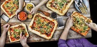 Pizza de coupe Nourriture domestique et pizza faite maison Image stock
