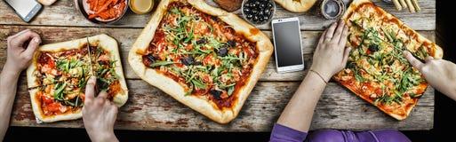 Pizza de coupe Nourriture domestique et pizza faite maison Image libre de droits