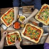 Pizza de coupe Nourriture domestique et pizza faite maison Photographie stock