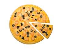 Pizza de crevettes avec des olives Images stock